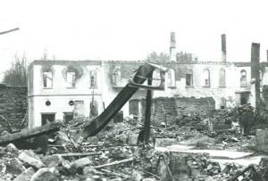 1943 das zerstörte Rathaus